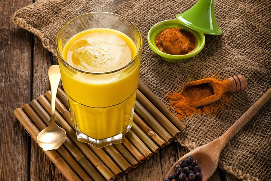 preparación de cúrcuma latte o leche dorada