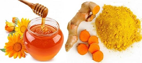 preparación de miel con cúrcuma